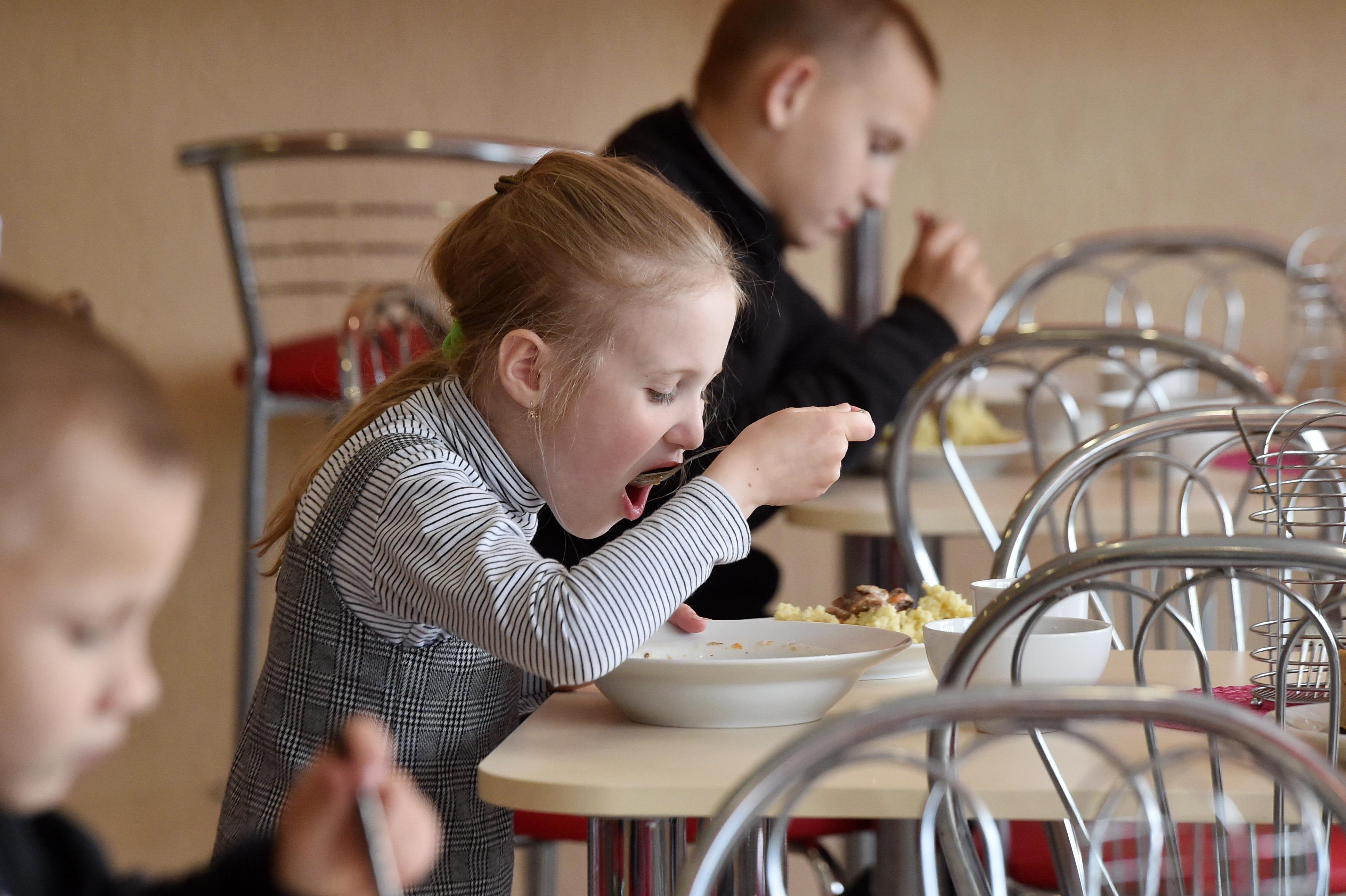 Обеды в школе бесплатные.
