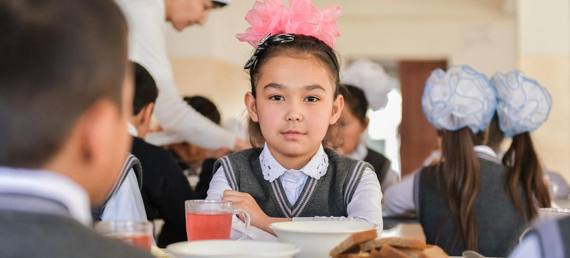 Еще одно негативное последствие пандемии: дети лишились школьных обедов.